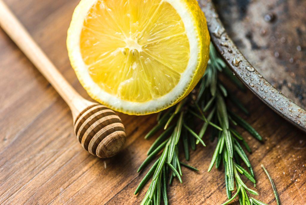 Miód z wodą i cytryną - receta na zdrowie. Fot. unsplash.com