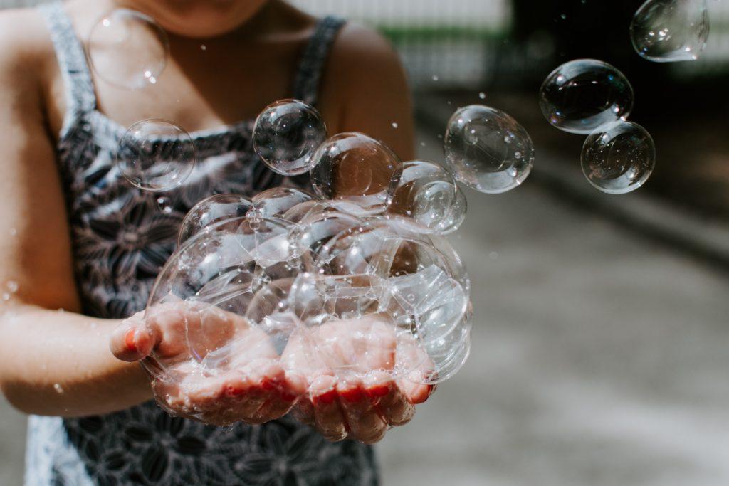 Dmuchanie baniek mydlanych - świetny sposób hyperwentylacji. Foto unsplash.com